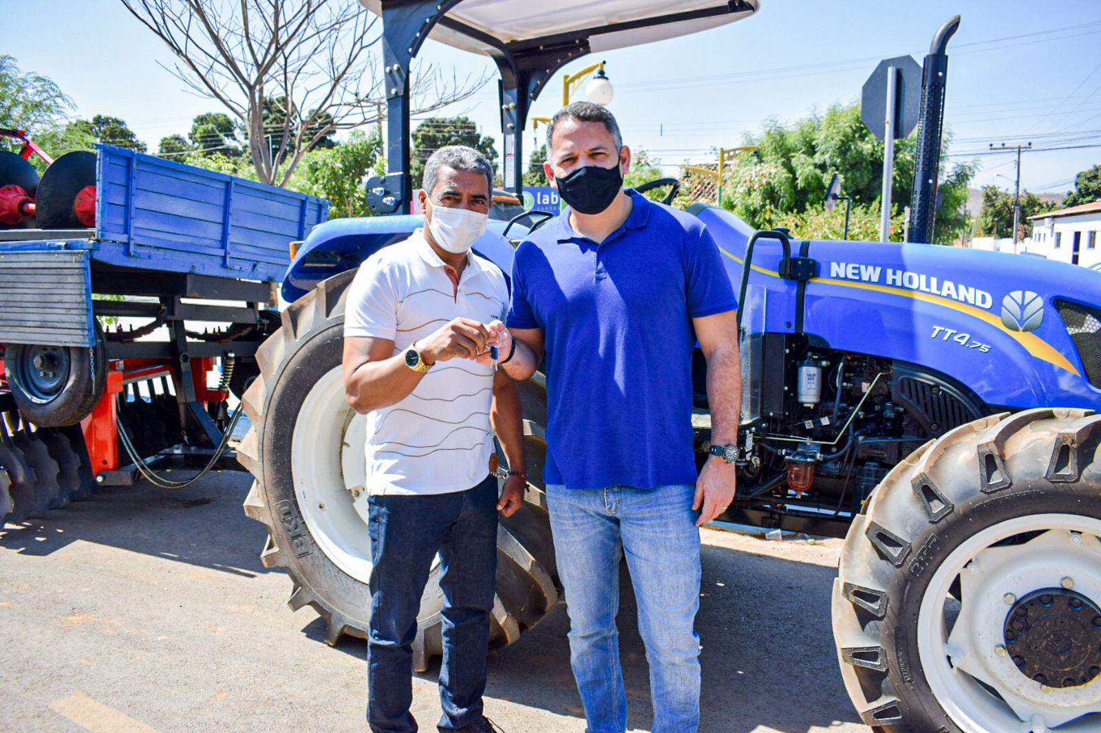 Pablo Barrozo entrega trator e implementos agrícolas ao município de Riachão das Neves