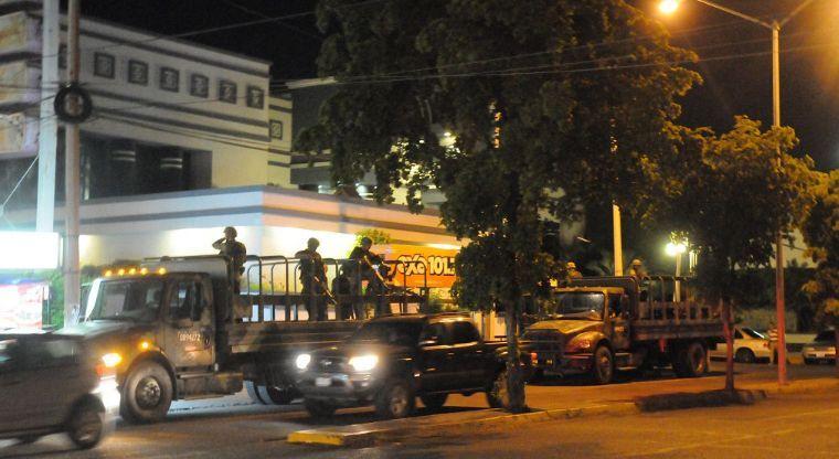 Cuerpos de Militares llegan a una funeraria en Culiacán; El ejercito custodia los restos de sus elementos caídos