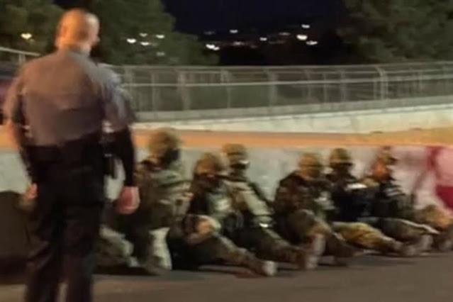 14 Soldados Mexicanos cruzan frontera con EU sin darse cuenta; fueron esposados sus armas rifles fueron decomisados y como viles rateros fueron sentados en el piso
