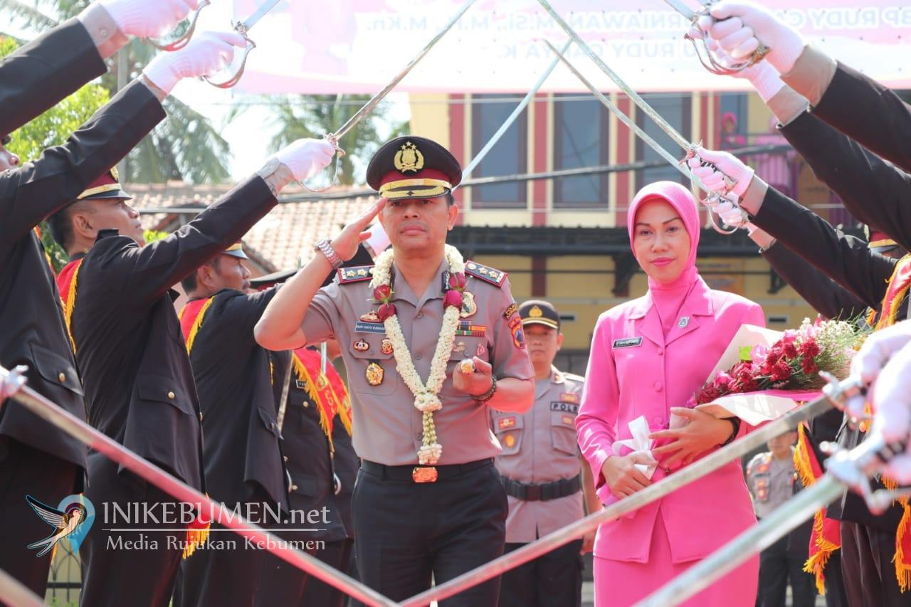 Resmi Jabat Kapolres Kebumen, AKBP Rudy Cahya Kurniawan Disambut Pedang Pora