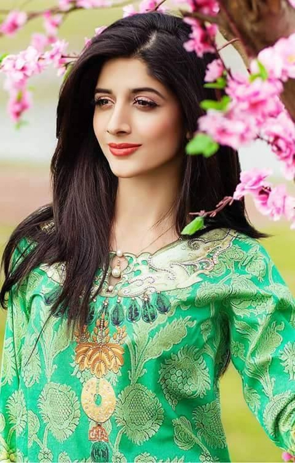 Free Stars Wallpaper: Beautiful Mawra Hocane HD Wallpaper