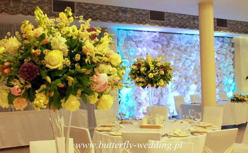 dekoracja stołu weselnego mieszane rodzaje kwiatów duże bukiety