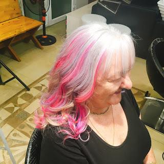 Tại sao người già nước ngoài Âu Mỹ thích nhuộm tóc đủ các màu sắc?