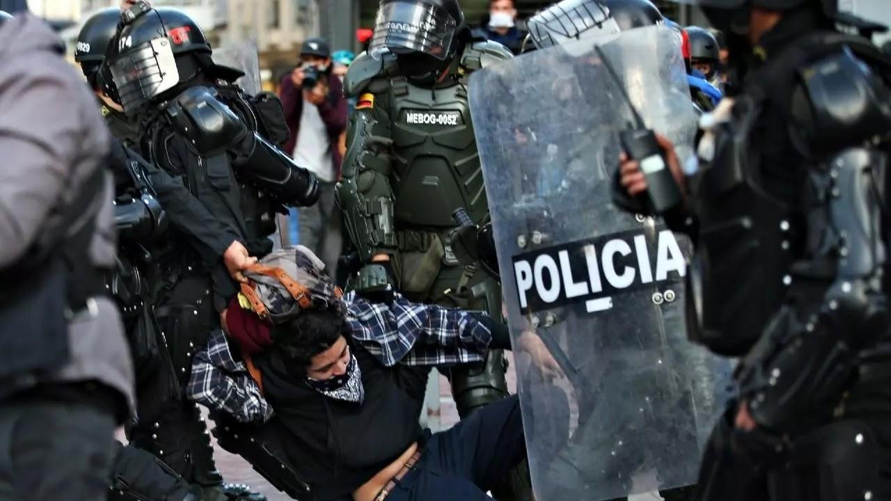 Estas acciones del Esmad han sido recurrentes en los más de 35 días de movilizaciones y marchas contra el presidente Iván Duque.  Tras la movilizaciones contra el presidente colombiano Iván Duque, en varios sectores de la capital, Bogotá se reportaron en horas de la noche incidentes de represión por parte del Escuadrón Móvil Antidisturbios (Esmad) contra los manifestantes.