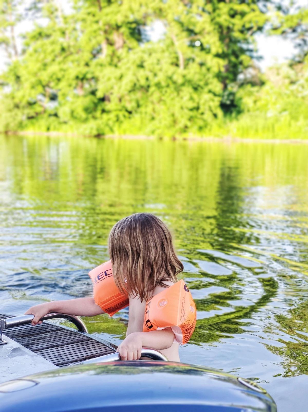 Von Hausboot aus baden gehen