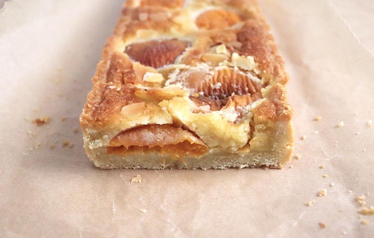 Découpe de la tarte amandine aux abricots
