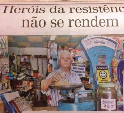 O recorte de jornal mais recente atesta: o Seu Martinhon é um herói da resistência.