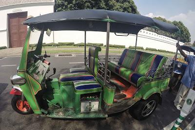 kendaraan tuk-tuk khas thailand
