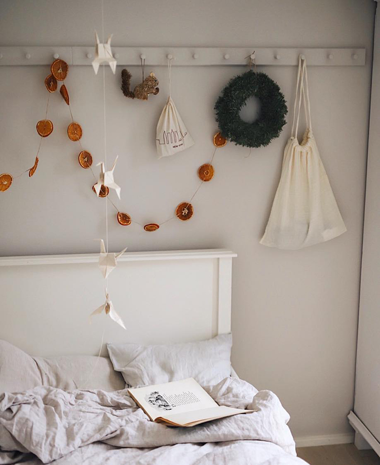 Simple and natural Christmas decoration, dried orange garland. Photo by annalandstedt