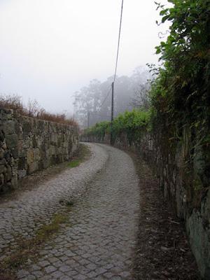 trilho entre paredes de granito