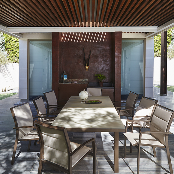 mesa-sillas-jardin-lamas-choco-Leroy-Merlin
