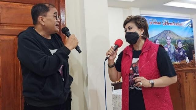 Selanjutnya pada Rabu (14/4/2021), Senator Maya Rumantir merayakan HUT ke-17 pernikahan dan berselang beberapa hari kemudian, Sabtu (17/4/2021) kemarin rangkaian sukacita keluarga berpuncak pada HUT ke-58 suami tercinta Ir. Takala Hutasoit.  Atas rasa syukur keluarga Hutasoit – Rumantir, Anggota DPD RI/MPR RI ini menggelar Misa Syukur yang dipimpin oleh Pastor Marianus Toyo Pr pada kediaman keluarga di Woloan.