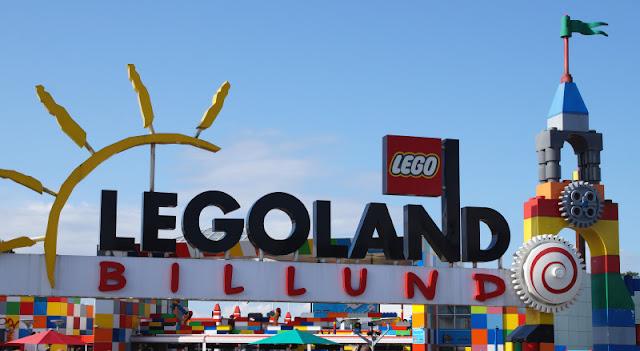 10 Tipps für den Besuch des Legoland Billund mit Kindern. Wir haben den tollen Lego-Freizeitpark in Dänemark besucht und bringen Euch viele Anregungen und Tricks mit, mit denen Ihr Eure Zeit im Legoland als Familie noch mehr genießen und auch etwas Geld sparen könnt.