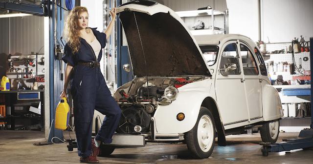 devushka-avtomehanik-remontiruet-avtomobil-v-garazhe