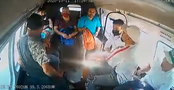 """""""Ya se la saben raza"""", en un minuto asaltan Combi en Ecatepec y pasajeros reclaman al chofer (VIDEO)"""