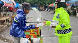 FOTO: Semangat Personel Sat Lantas Polres Bone Berbagi Meski Hujan