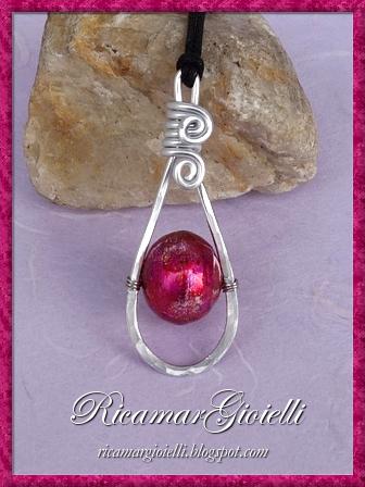 Orecchini e ciondolo in wire con perle di carta create in quilling