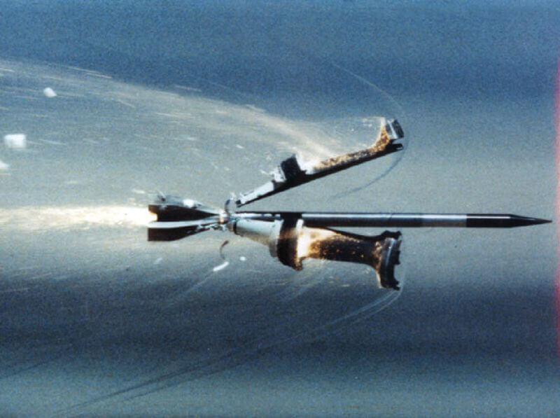 Оперений бронебійний підкаліберний снаряд в процесі відділення провідного пристрою в польот