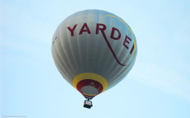 Mooie wallpaper met een heteluchtballon hoog in de lucht