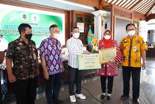 Bupati Pati Menyerahkan Penghargaan Sekolah Adiwiyata Provinsi dan Kabupaten