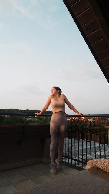 ja na balkonie przy zachodzie słońca