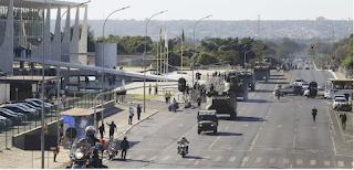 Parada militar de Bolsonaro é derrotada e vira chacota nas redes, afirma Bernardo Mello