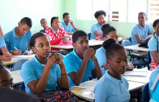El 90.2 % de escolares pudo completar sus estudios en cuarentena por WhatsApp