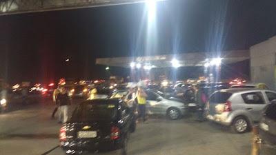 Resultado de imagem para Bandidos fecham trecho da BR 232 em assaltam motoristas