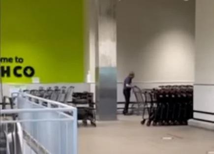 Video muestra a empleado de supermercado limpiando carritos con su saliva en plena contingencia