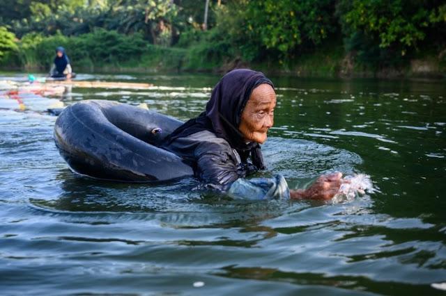 В свои 80 лет островитянки 3 км вплавь добираются до источников пресной воды