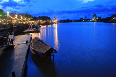 Sebuah sampan beratap kayu tradisional, transportasi air utama di Kuching.