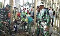 Bersama Masyarakat, Personil Danramil Donggo Gotong Royong Pengecoran Masjid Doridungga