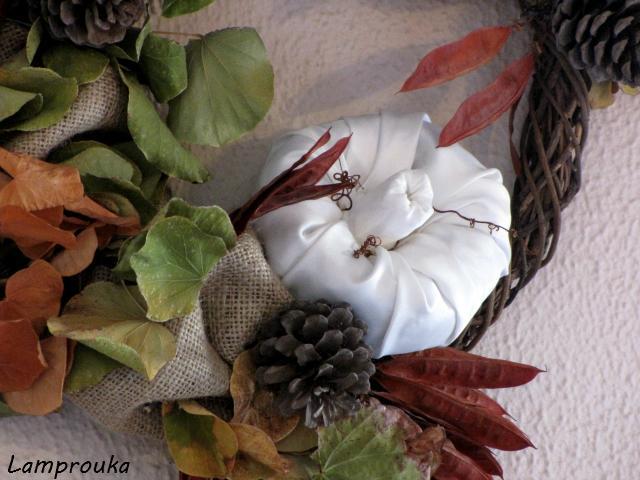 Φτιάξε φθινοπωρινό στεφάνι με κουκουνάρια και κολοκύθες.