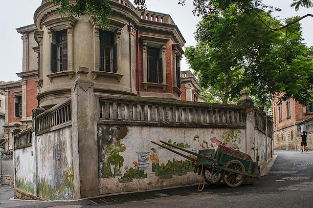 Villa coloniale au croisement d'une rue sur l'île de Gulangyu