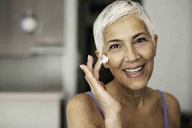 Suivez ces conseils des experts pour maintenir une peau lisse après 40 ans