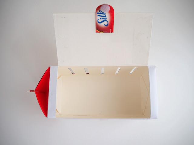 牛奶盒切好正面與側面的洞之後,反面看起來會像這樣