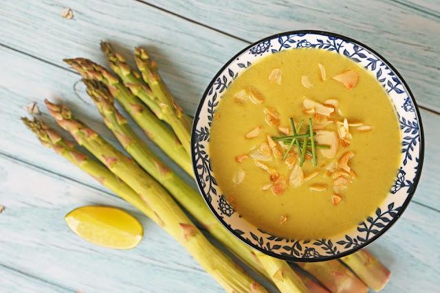 Συνταγή για Vegan Σούπα με Σπαράγγια, Γάλα Αμυγδάλου και Λάιμ