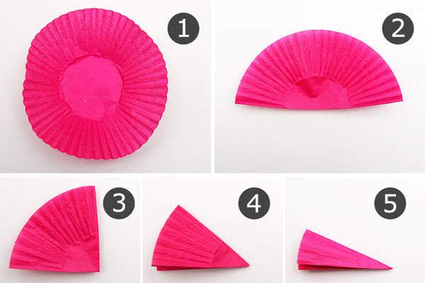 Langkah melipat cupcake menjadi lipatan kecil
