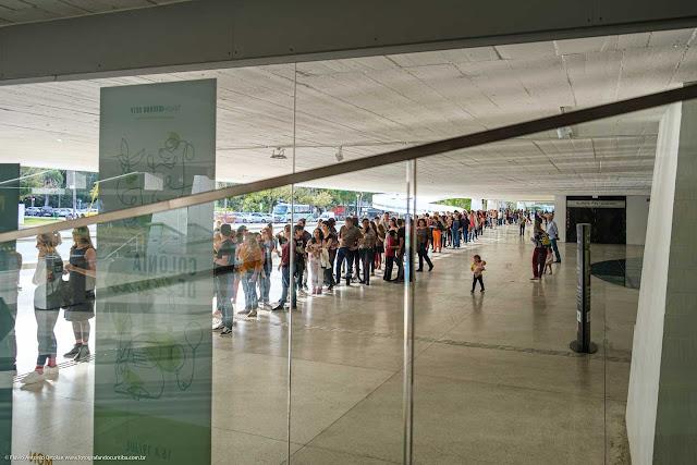 Fila de pessoas na entrada do Museu Oscar Niemeyer