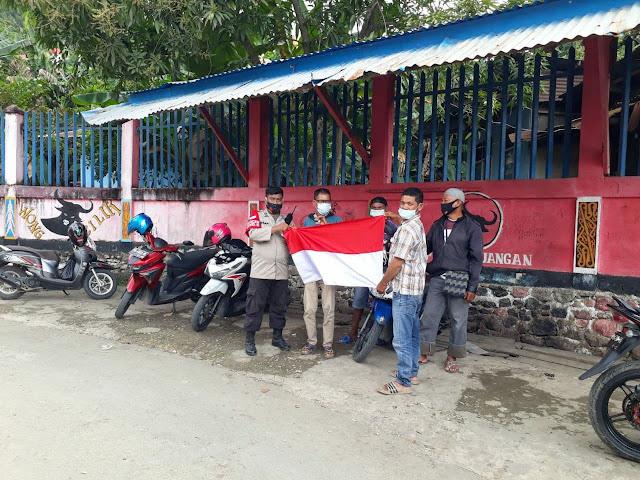 Polisi Bagi Masker dan Bendera Merah Putih ke Warga Kelurahan Argapura