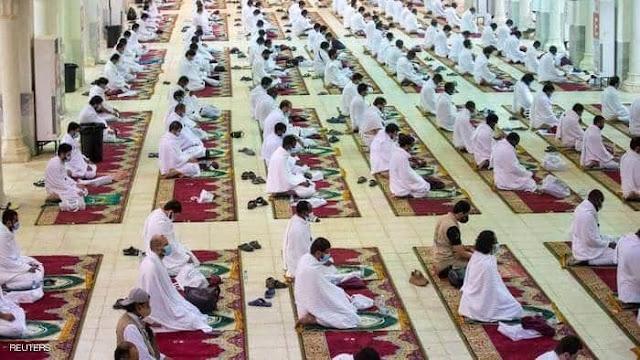ضيوف الرحمن في مسجد نمرة يبدأون النفرة من عرفات.