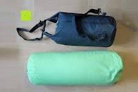 Vergleich mit voller und richtiger Befüllung: Dry Bag »Krake« Wasserdichte Trockentasche / Seesack / Survival Bag / Trockensack / Ideal für Kajak, Kanu, Segeln, Angeln, Schwimmen, Strand, Snowboarden, Skifahren, Bootfahren, Camping / Schützt Deine Wertsachen und Kleidung vor Staub, Nässe, Sand und Schmutz / 5L gelb