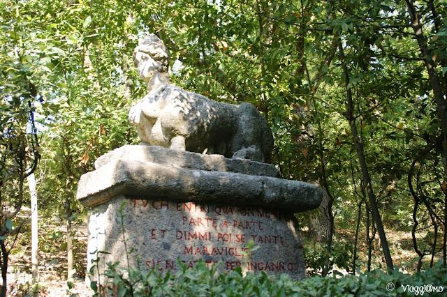Una delle due sfingi all'ingresso del Parco dei Mostri di Bomarzo