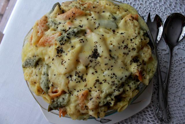 Makaron zapiekany z kurczakiem i brokułami.