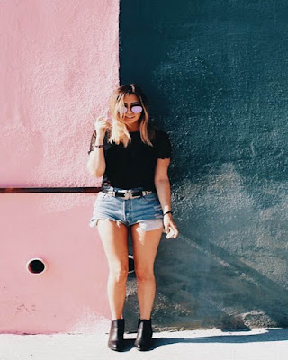 pose tumblr casual en pared de colores