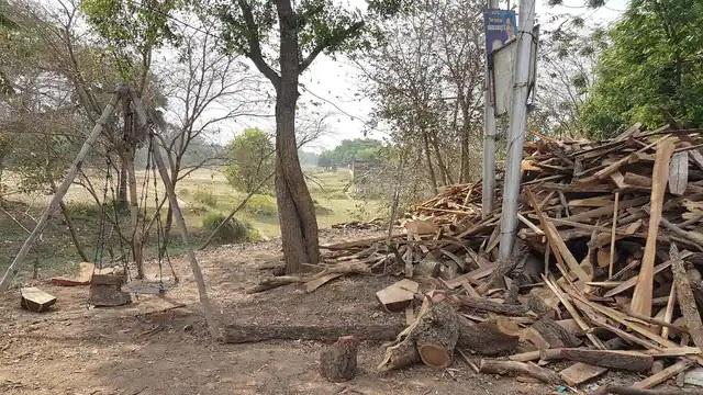 आजमगढ़: इलाज को भटकने के बाद मुक्ति के लिए भी मशक्कत