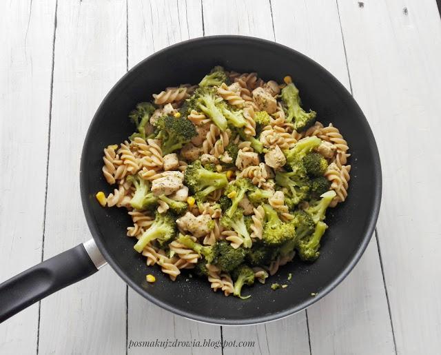 Rozgrzewający makaron z kurczakiem, brokułami i słodką kukurydzą. Idealny obiad na chłodne jesienne dni.