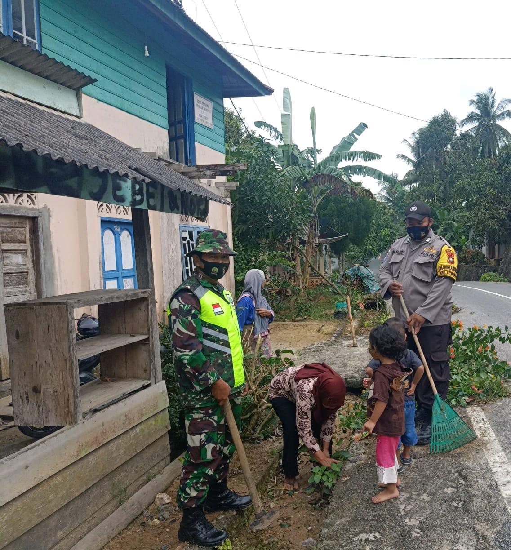 Babinsa Rapius Laksanakan Gotong Royong Jumat Bersih Bersama Warga Desa Ceruk