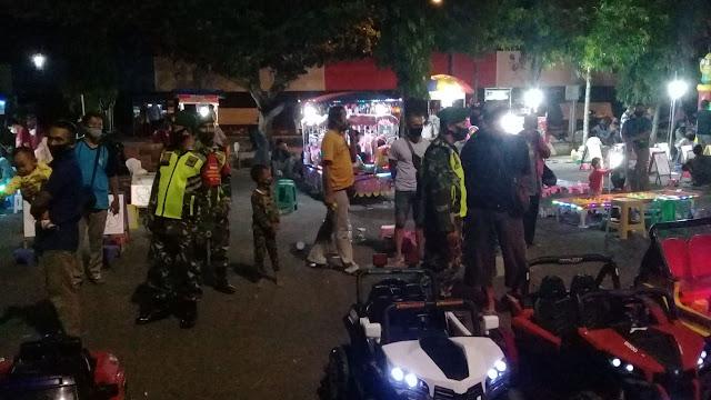 Malam Hari, Peleton Siaga Kodim Purbalingga Tetap Edukasi Warga Melaksanakan Protokol kesehatan