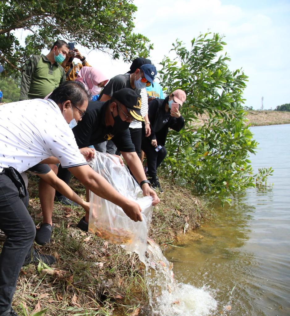 Jaga Ekosistem Waduk, Wakil Kepala BP Batam Tebar Benih Ikan di Waduk Sei Ladi